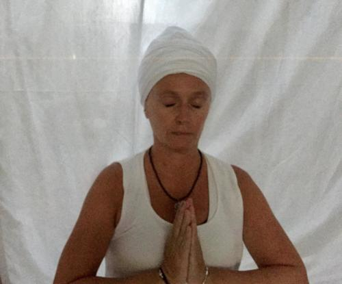 Guillemette en mudra de prière - Kundalini Yoga